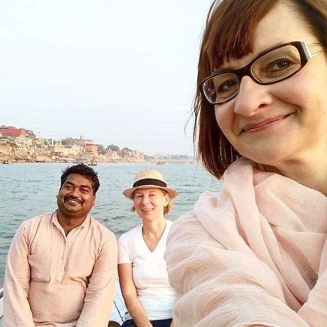 по Ганге на рассвете в Индии